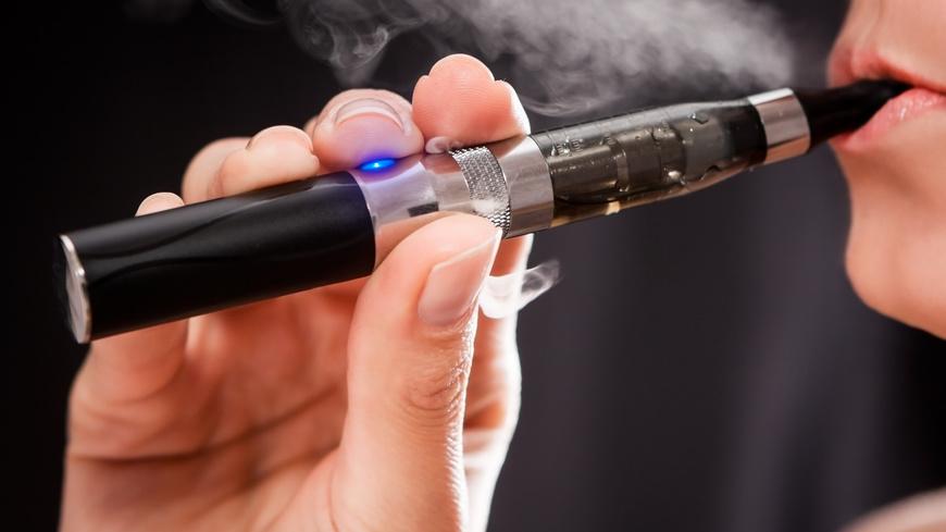 Cigarette électronique : des lois de plus en plus strictes